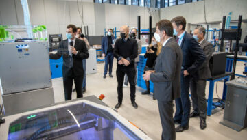 Le Dr Arnaud ZENERINO présente les différentes imprimantes 3D du Smart City Innovation Center