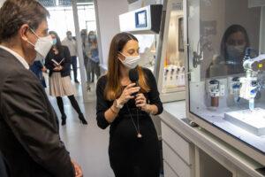 Le Dr Jennifer LAVIGNE présente au Président du Département des Alpes-Maritimes les différentes bio-imprimantes dans la plateforme technologique Smart City Innovation Center